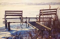 Embarcadero abandonado en invierno en la puesta del sol imagen de archivo