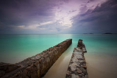 Embarcadero abandonado en la playa Imágenes de archivo libres de regalías