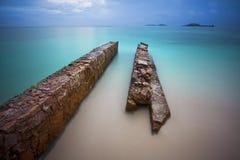 Embarcadero abandonado en la playa Foto de archivo