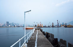 Embarcadero abandonado en un mar brumoso cerca de una ciudad holandesa. Fotos de archivo