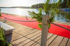 Embarcadero adornado con una alfombra roja Fotografía de archivo