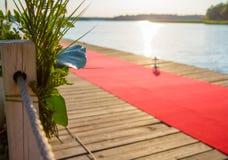 Embarcadero adornado con una alfombra roja Fotos de archivo libres de regalías