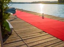 Embarcadero adornado con una alfombra roja Imagen de archivo