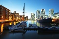Embarcadero amarillo en la noche. Londres - Inglaterra fotografía de archivo