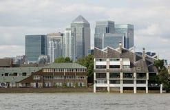 Embarcadero amarillo visto del Thames en el álamo Foto de archivo libre de regalías