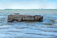 Embarcadero arruinado en el mar fotografía de archivo