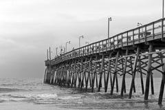 Embarcadero blanco y negro Imagen de archivo libre de regalías