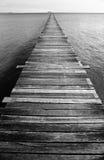 Embarcadero blanco y negro del océano Imagenes de archivo