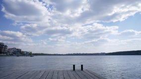 Embarcadero cerca del agua clara del lago, ondas bajas en superficie Ternopil 2019 metrajes