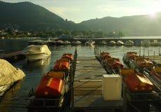 Embarcadero con el barco en un lago Como de la montaña Fotografía de archivo libre de regalías
