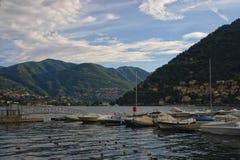 Embarcadero con el barco en un lago Como de la montaña Imagen de archivo