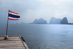 Embarcadero con el indicador tailandés Fotos de archivo libres de regalías
