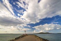 Embarcadero con la opinión del mar del faro Irlanda, Howth Fotos de archivo libres de regalías