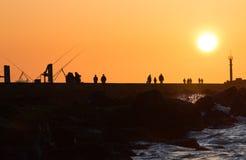 Embarcadero con la pesca y recorrer de la gente Fotos de archivo libres de regalías