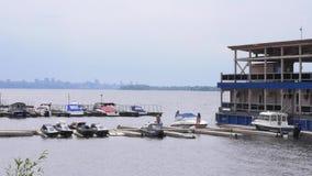 Embarcadero con los barcos en el río metrajes