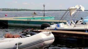Embarcadero con los barcos y el principio de la competencia