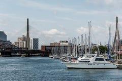 Embarcadero 6 con los veleros en Charles River Harbor y Leonard P Puente conmemorativo del Bunker Hill de Zakim de Boston, los E. fotografía de archivo