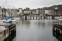 Embarcadero con los yates en la ciudad francesa imagen de archivo