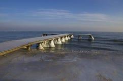 Embarcadero congelado en el mar Báltico en la Polonia Imagen de archivo libre de regalías