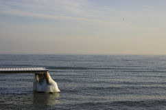 Embarcadero congelado en el mar Báltico en la Polonia Imagenes de archivo