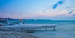 Embarcadero congelado en Nyon, Suiza Imagen de archivo