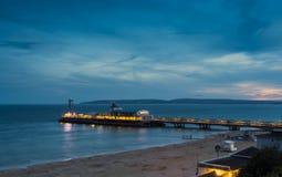 Embarcadero de Bournemouth iluminado en la noche Fotos de archivo libres de regalías