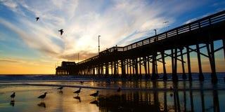 Embarcadero de California de la playa de Newport en la puesta del sol Imagen de archivo libre de regalías