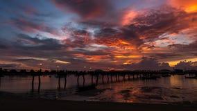 Embarcadero de Chalong durante la salida del sol o la puesta del sol, dramat colorido hermoso Foto de archivo libre de regalías
