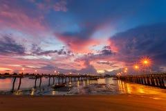 Embarcadero de Chalong durante la salida del sol o la puesta del sol, dramat colorido hermoso Imagen de archivo