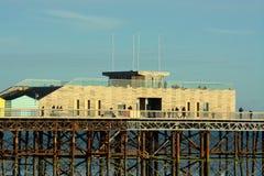 Embarcadero de Hastings, Sussex, Reino Unido Diseño moderno, viejas fundaciones fotografía de archivo