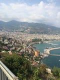 Embarcadero de la ciudad en el mar en verano Imagenes de archivo