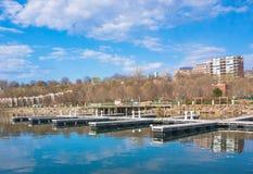 Embarcadero de la costa en ciudad Imagen de archivo