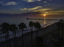 Embarcadero de la costa en la puesta del sol Foto de archivo