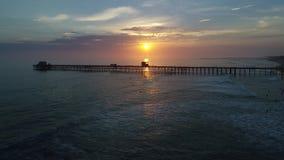Embarcadero de la costa en la puesta del sol almacen de video