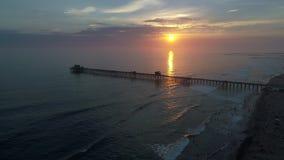 Embarcadero de la costa en la puesta del sol almacen de metraje de vídeo