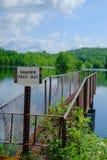 Embarcadero de la pesca del metal de la orilla del lago Fotos de archivo