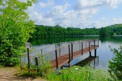 Embarcadero de la pesca del metal de la orilla del lago Imagen de archivo libre de regalías