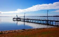 Embarcadero de la pesca, Eagle Point, pequeña ciudad en Victoria, Australia fotografía de archivo