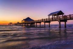 Embarcadero de la pesca en el Golfo de México en la puesta del sol, playa de Clearwater, Fotos de archivo libres de regalías