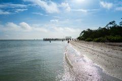 Embarcadero de la pesca en la playa fotos de archivo libres de regalías