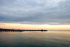 Embarcadero de la pesca que estira de la costa en el mar Fotografía de archivo libre de regalías