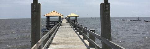 Embarcadero de la playa de la costa Imágenes de archivo libres de regalías