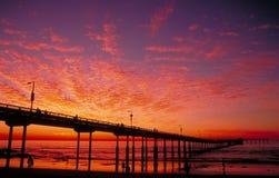 Embarcadero de la playa del océano en la puesta del sol Fotos de archivo libres de regalías