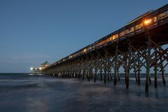 Embarcadero de la playa de la locura en la noche foto de archivo libre de regalías