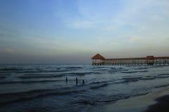 Embarcadero de la playa de Purin en la regencia de Tegal, Indonesia imagen de archivo libre de regalías