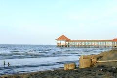 Embarcadero de la playa de Purin en la regencia de Tegal, Indonesia imagenes de archivo