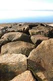 Embarcadero de la roca en la playa a lo largo de la orilla del océano de Cape Cod Imágenes de archivo libres de regalías