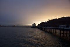 Embarcadero de Llandudno y hotel magnífico en una puesta del sol del invierno Fotos de archivo