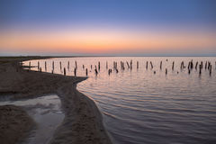 Embarcadero de madera arruinado abandonado en el lago en la salida del sol Fotos de archivo libres de regalías