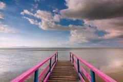 Embarcadero de madera con el cielo azul en Sabah, Malasia, Borneo Foto de archivo